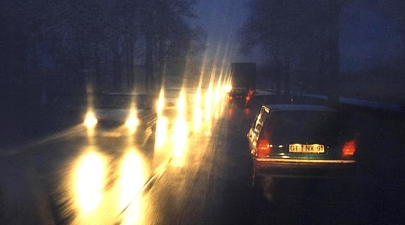 Schmutzige Scheinwerfer blenden den Gegenverkehr und erhöhen so das Unfallrisiko. Bild: Hella